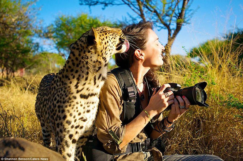Brave-girl-the-photographer-easily-finds-common-language-with-wild-animals-vinegret (1)