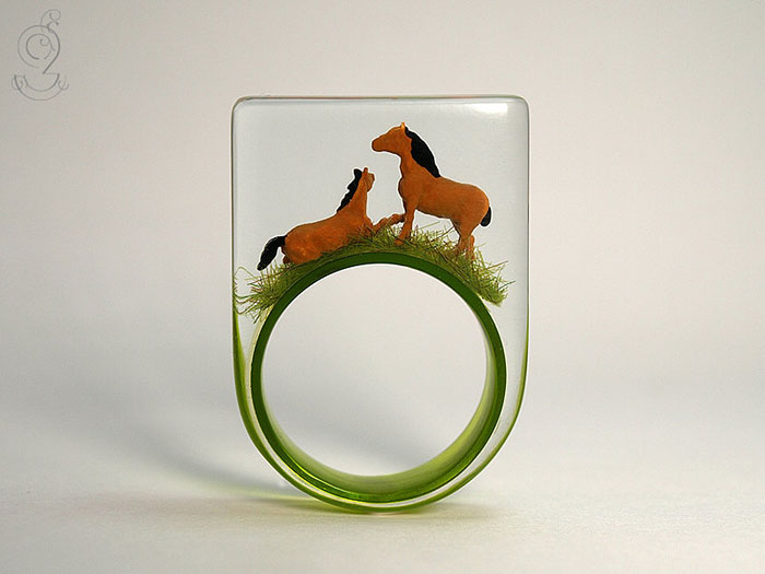 miniature-worlds-inside-jewelry-isabell-kiefhaber-vinegret (10)