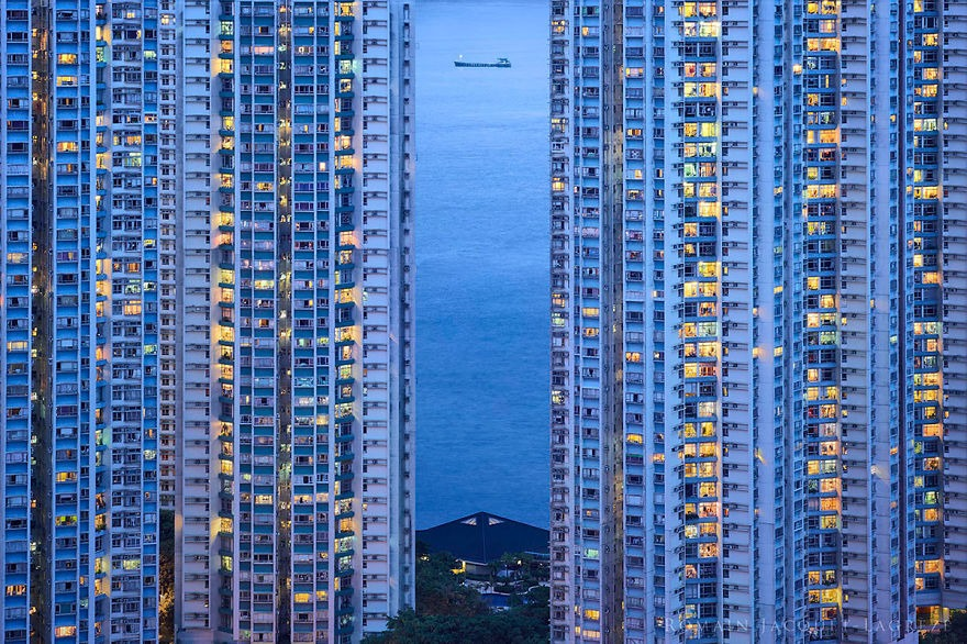Contemplating-the-blue-moment-in-Hong-Kong-vinegret (1)