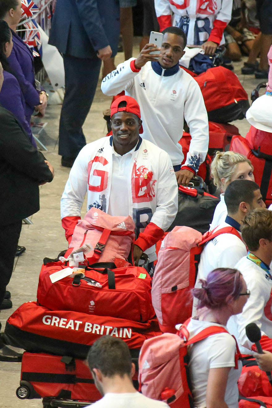 british-olympic-athletes-red-bags-heathrow-airport-vinegret (2)