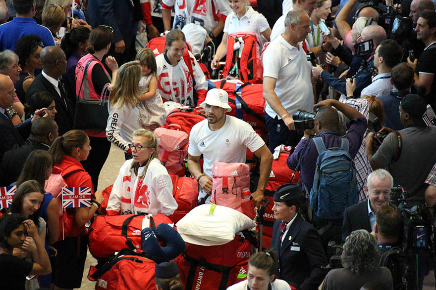 british-olympic-athletes-red-bags-heathrow-airport-vinegret (3)