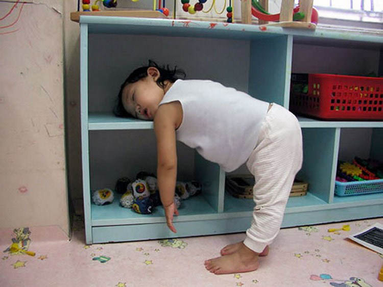 funny-kids-sleeping-anywhere-vinegret (17)