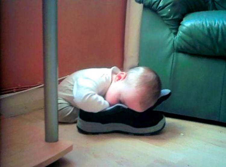 funny-kids-sleeping-anywhere-vinegret (18)