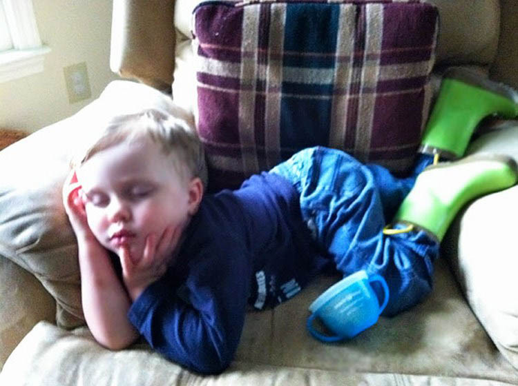 funny-kids-sleeping-anywhere-vinegret (5)