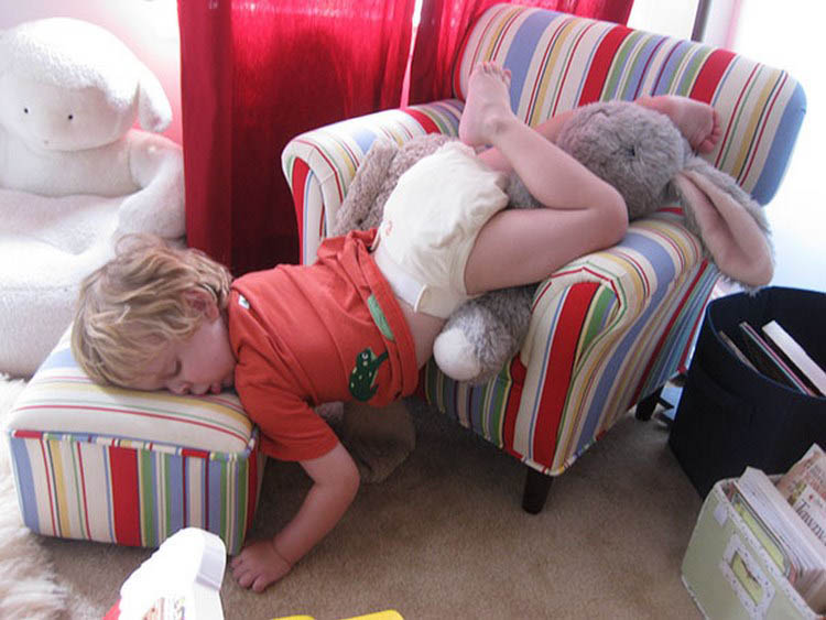 funny-kids-sleeping-anywhere-vinegret (6)