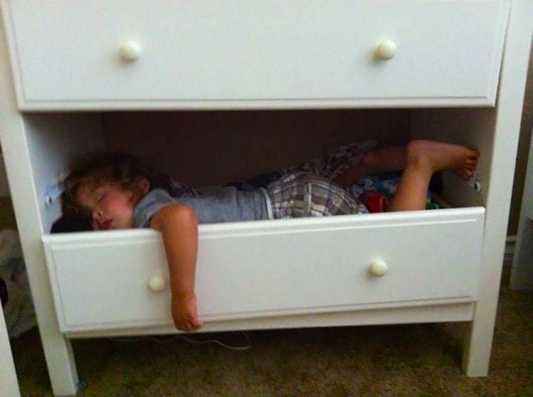funny-kids-sleeping-anywhere-vinegret (8)