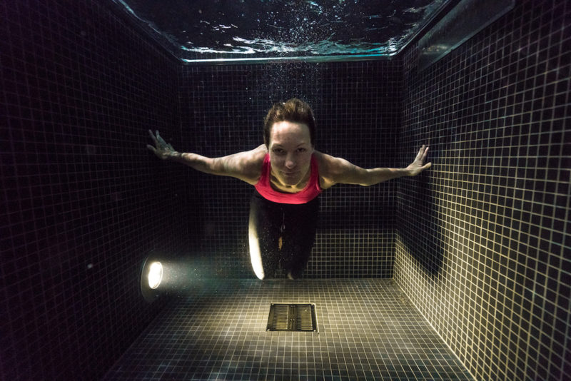 underwater-portraits-people-diving-freezing-4c-dunking-pool-vinegret (2)