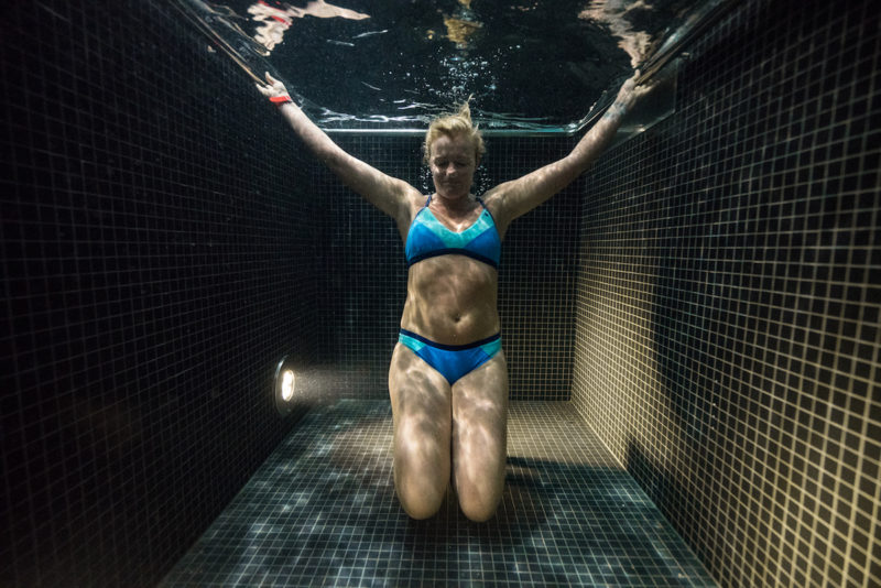 underwater-portraits-people-diving-freezing-4c-dunking-pool-vinegret (3)