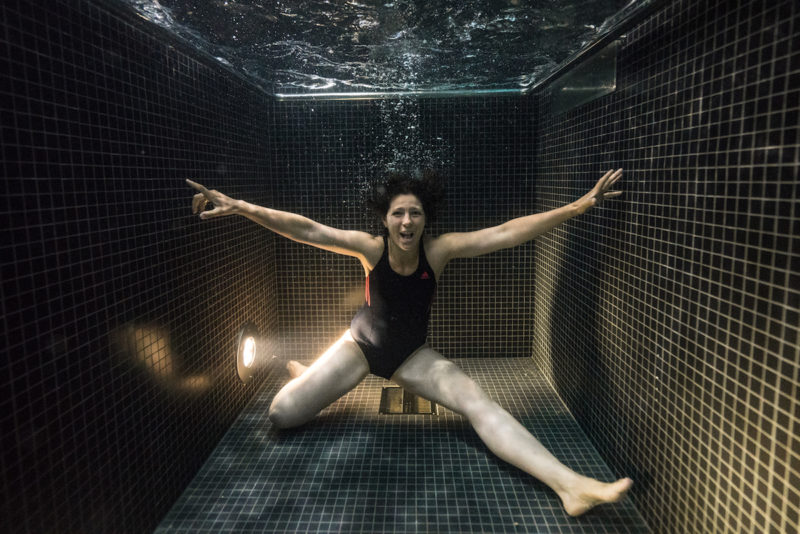 underwater-portraits-people-diving-freezing-4c-dunking-pool-vinegret (4)
