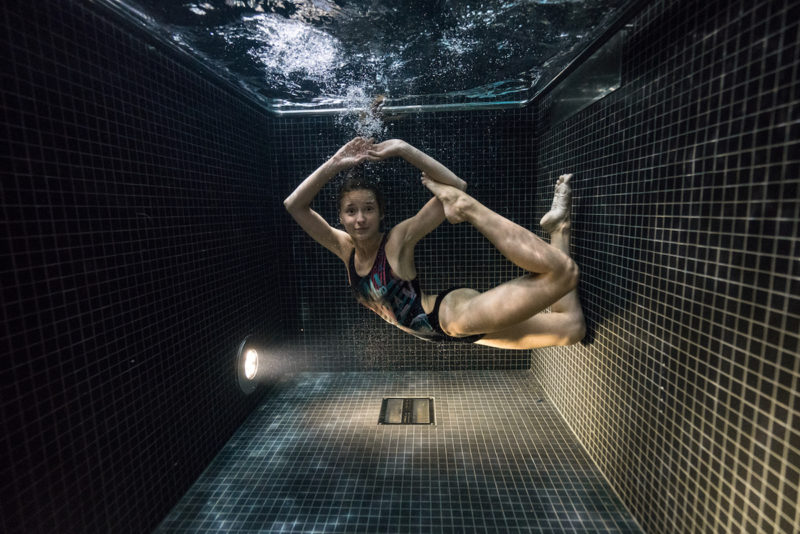 underwater-portraits-people-diving-freezing-4c-dunking-pool-vinegret (5)
