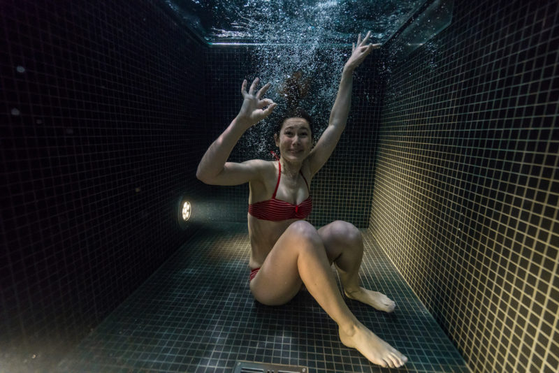 underwater-portraits-people-diving-freezing-4c-dunking-pool-vinegret (8)