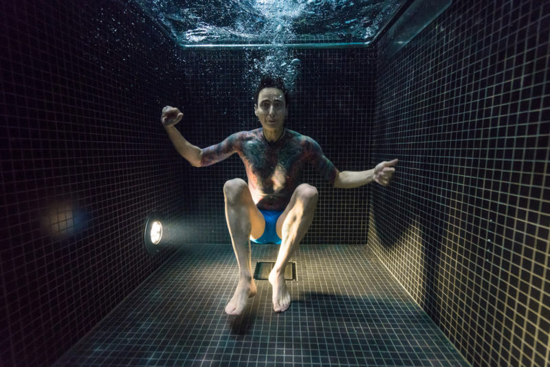 underwater-portraits-people-diving-freezing-4c-dunking-pool-vinegret (9)