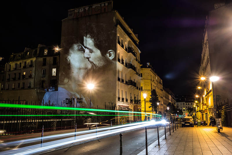 julien-nonnon-digital-street-art-paris-couples-kissing-designboom-vinegret-1