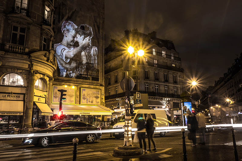 julien-nonnon-digital-street-art-paris-couples-kissing-designboom-vinegret-2