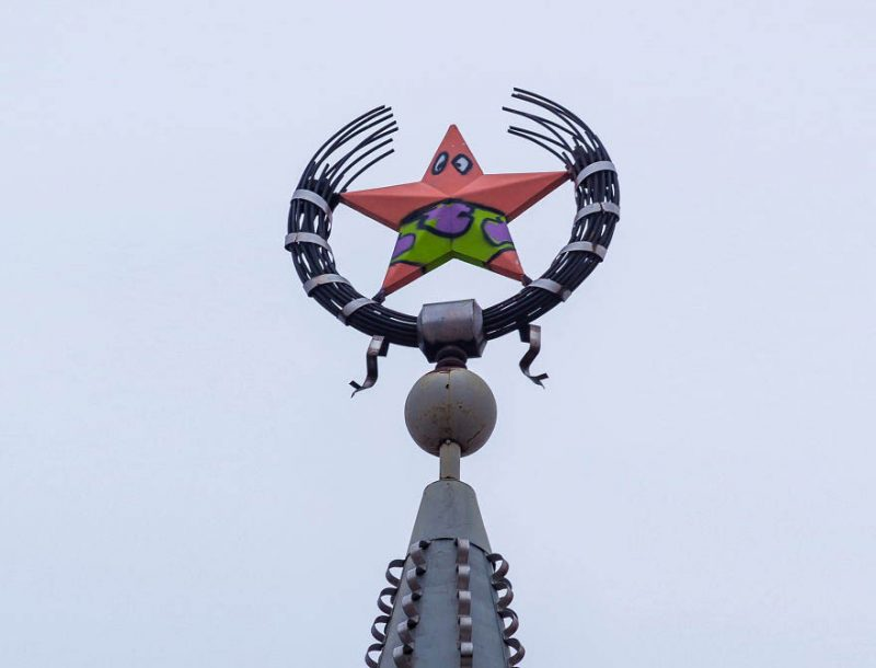 someone-vandalized-a-soviet-star-in-russia-and-turned-it-into-patrick-vinegret-1