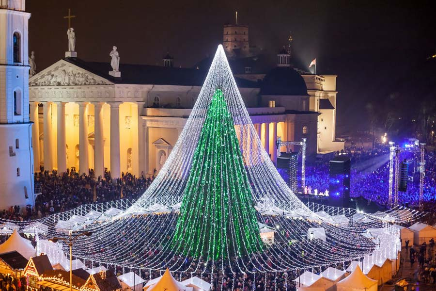 christmas-tree-illuminated-by-50000-lightbulbs-opens-festive-season-in-vilnius-vinegret-1