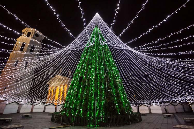 christmas-tree-illuminated-by-50000-lightbulbs-opens-festive-season-in-vilnius-vinegret-3