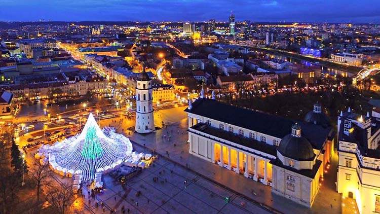 christmas-tree-illuminated-by-50000-lightbulbs-opens-festive-season-in-vilnius-vinegret-4