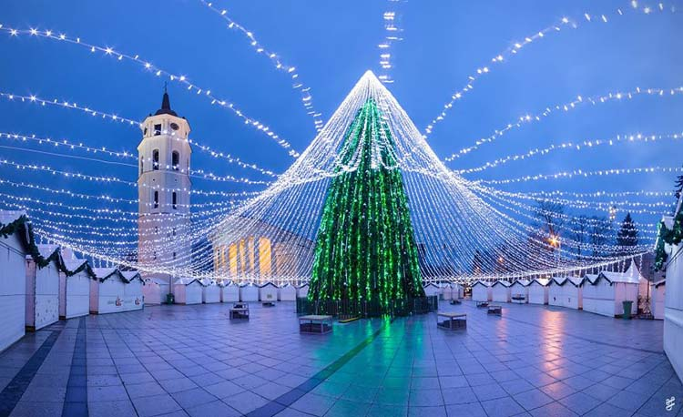christmas-tree-illuminated-by-50000-lightbulbs-opens-festive-season-in-vilnius-vinegret-5