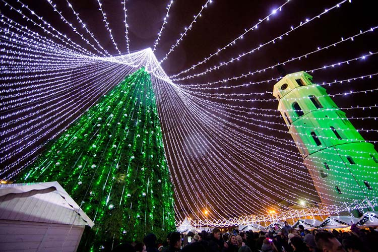 christmas-tree-illuminated-by-50000-lightbulbs-opens-festive-season-in-vilnius-vinegret-6
