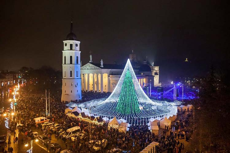 christmas-tree-illuminated-by-50000-lightbulbs-opens-festive-season-in-vilnius-vinegret-7
