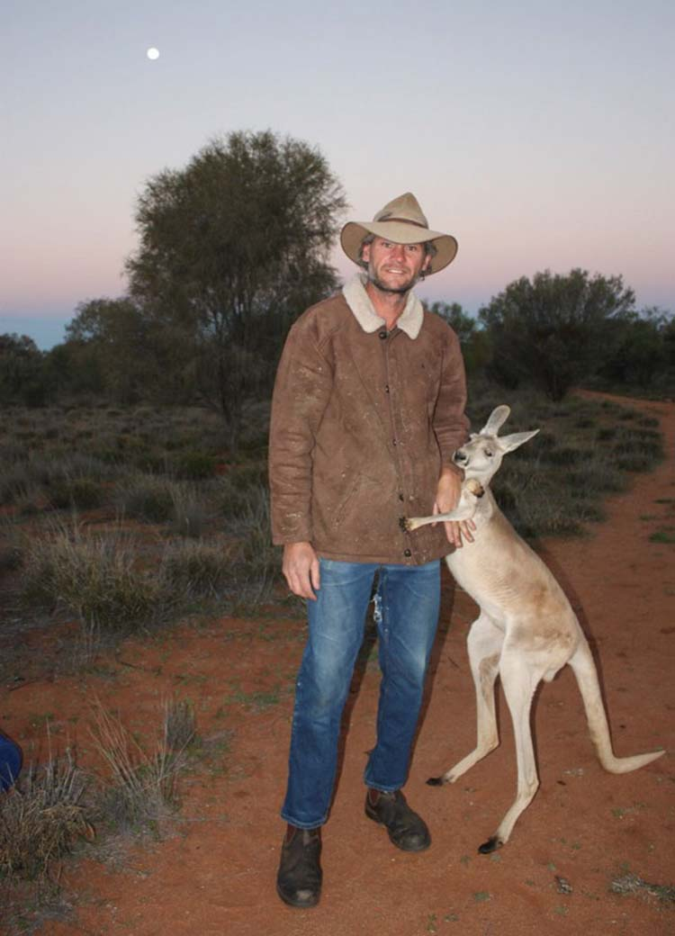 rescued-hugging-kangaroo-abigail-australia-vinegret-1