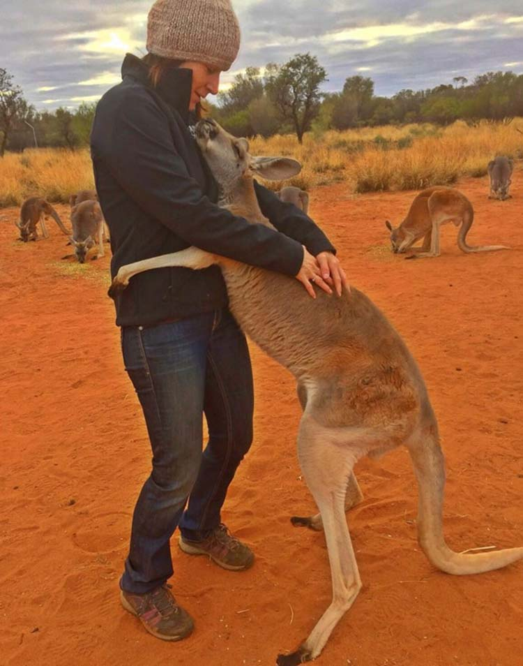 rescued-hugging-kangaroo-abigail-australia-vinegret-3